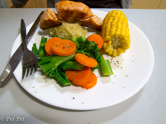 simple pan fried salmon with veggies